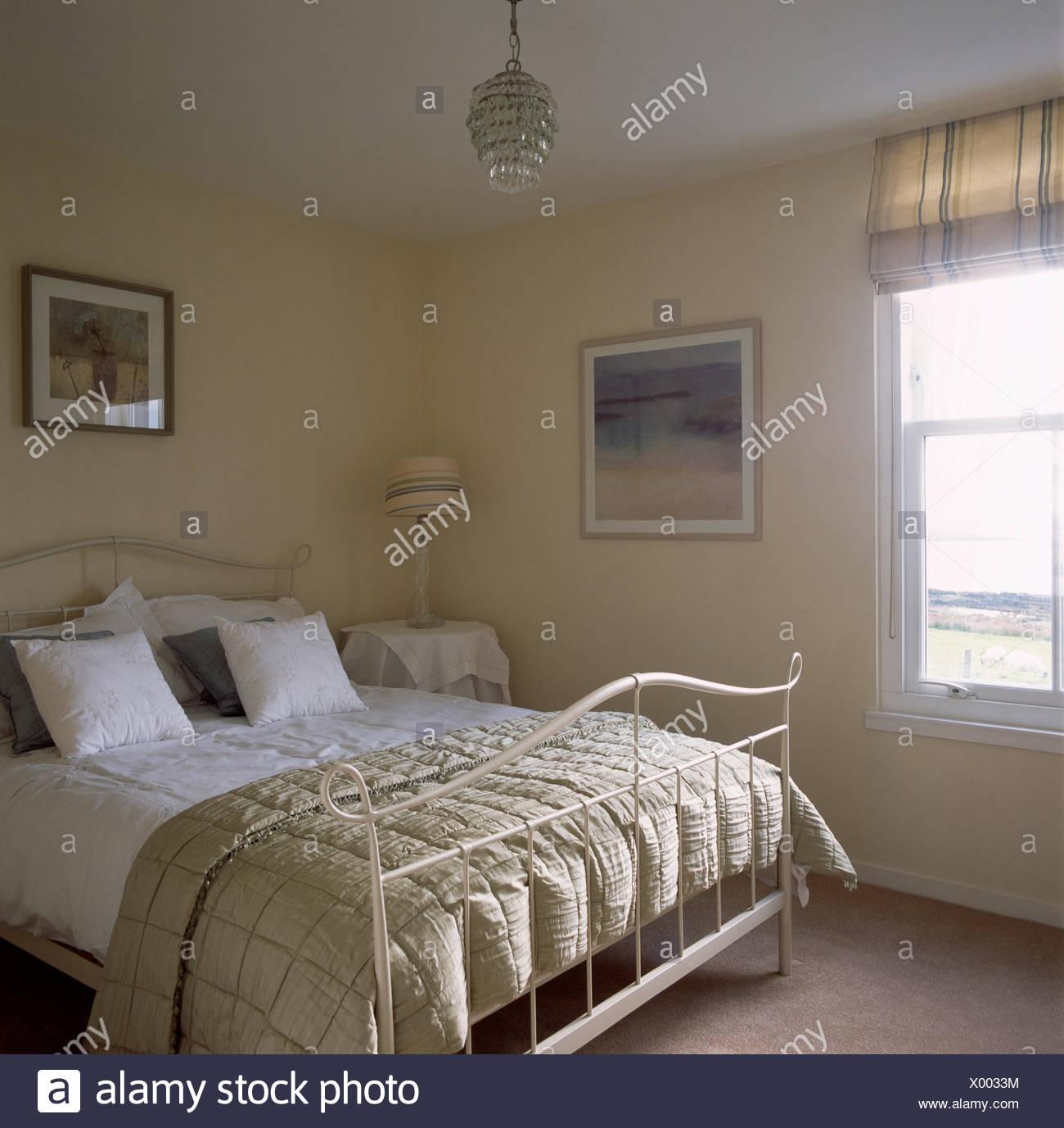 Beige Seide Quilt Und Weiße Bettwäsche Auf Creme Metall In Einfache Blass  Gelbe Küsten Schlafzimmer