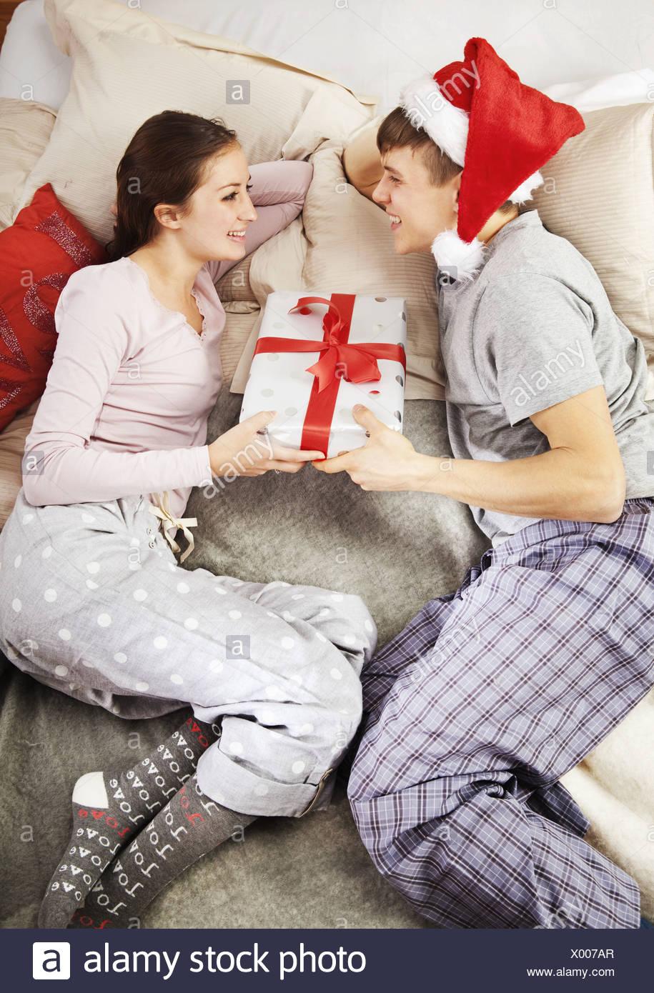 Mann gibt Weihnachtsgeschenk für partner Stockfoto, Bild: 275371679 ...