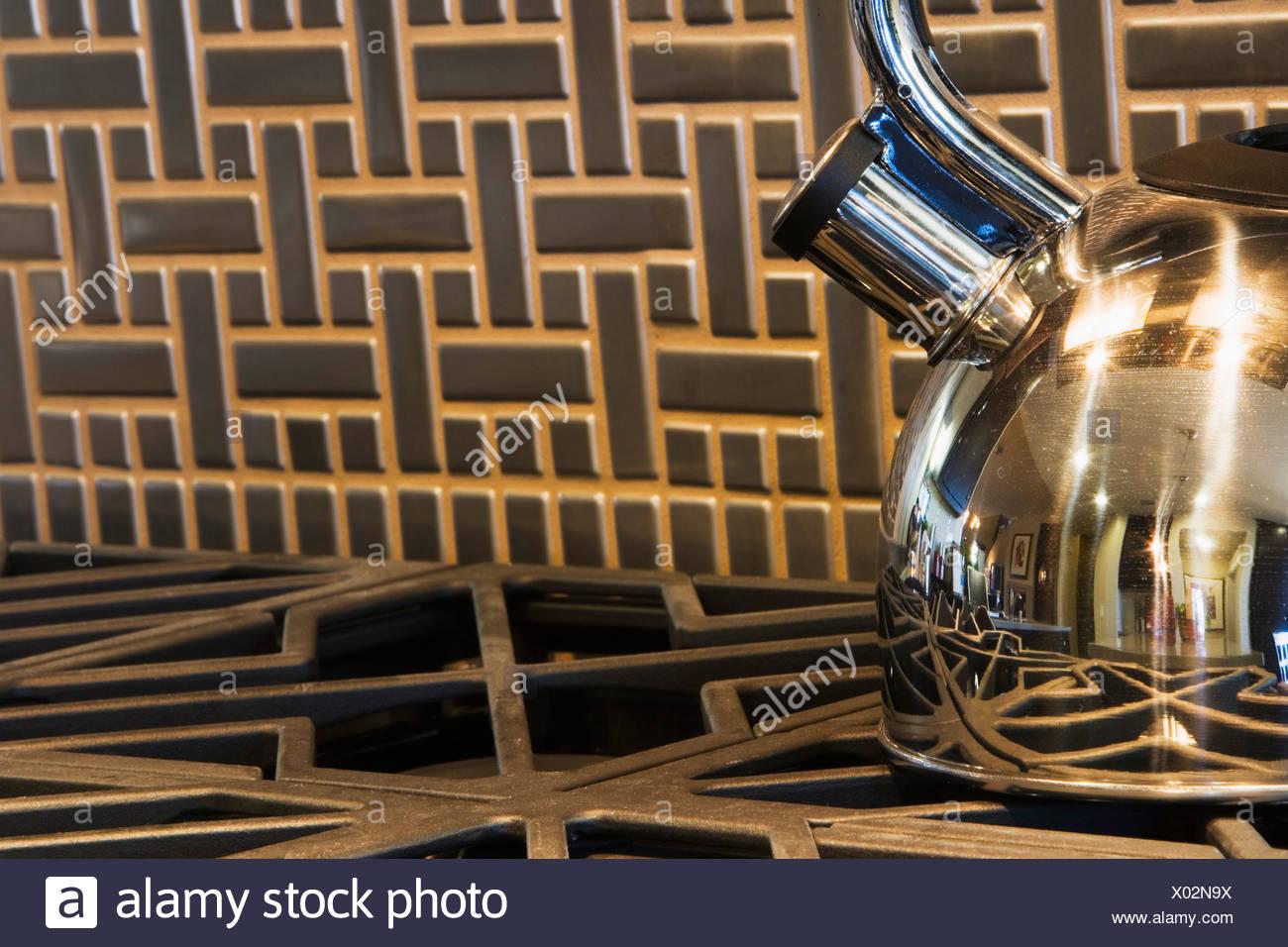 Stahl Teekanne Auf Herd Mit Fliesen Backsplash Stockbild