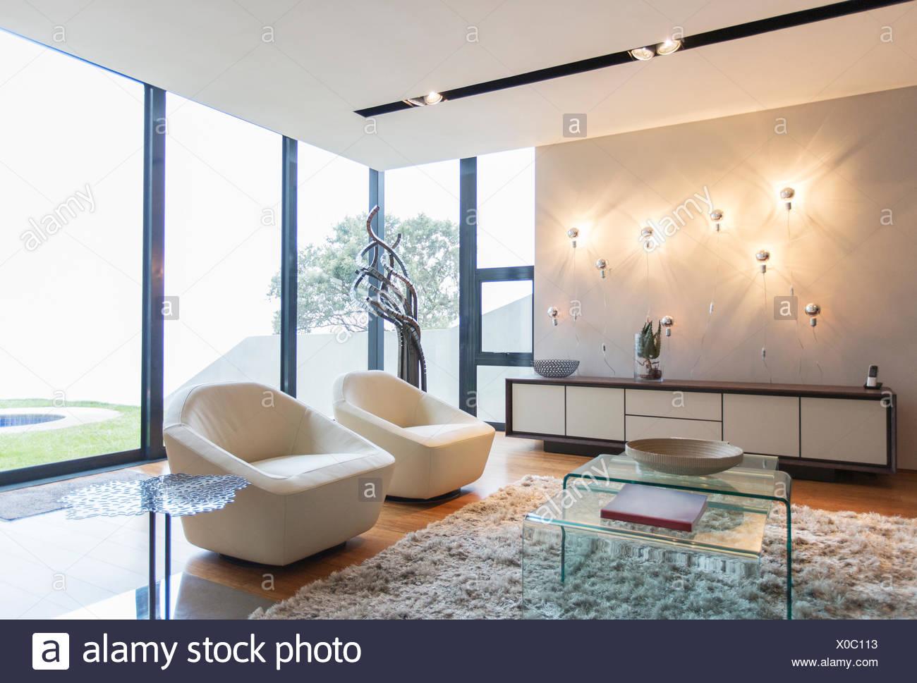 Sessel und Shag Teppich in moderne Wohnzimmer Stockfoto, Bild ...