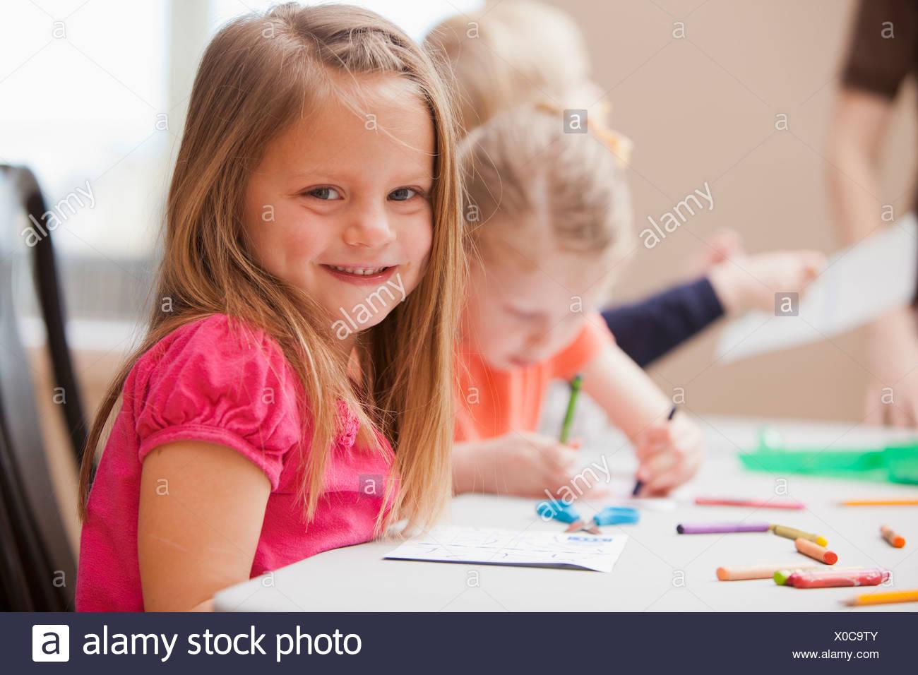 Mädchen blick in die kamera während der kunstunterricht im