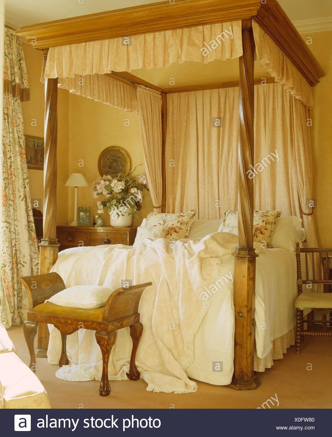 Cremefarbene Vorhänge und weiße Bettwäsche auf alten Kiefer ...