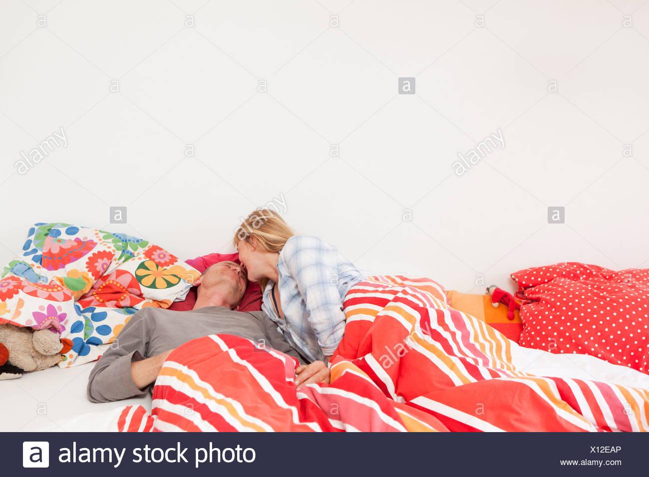 Foto Op Kussen : Paar küssen im bett stockfoto bild alamy