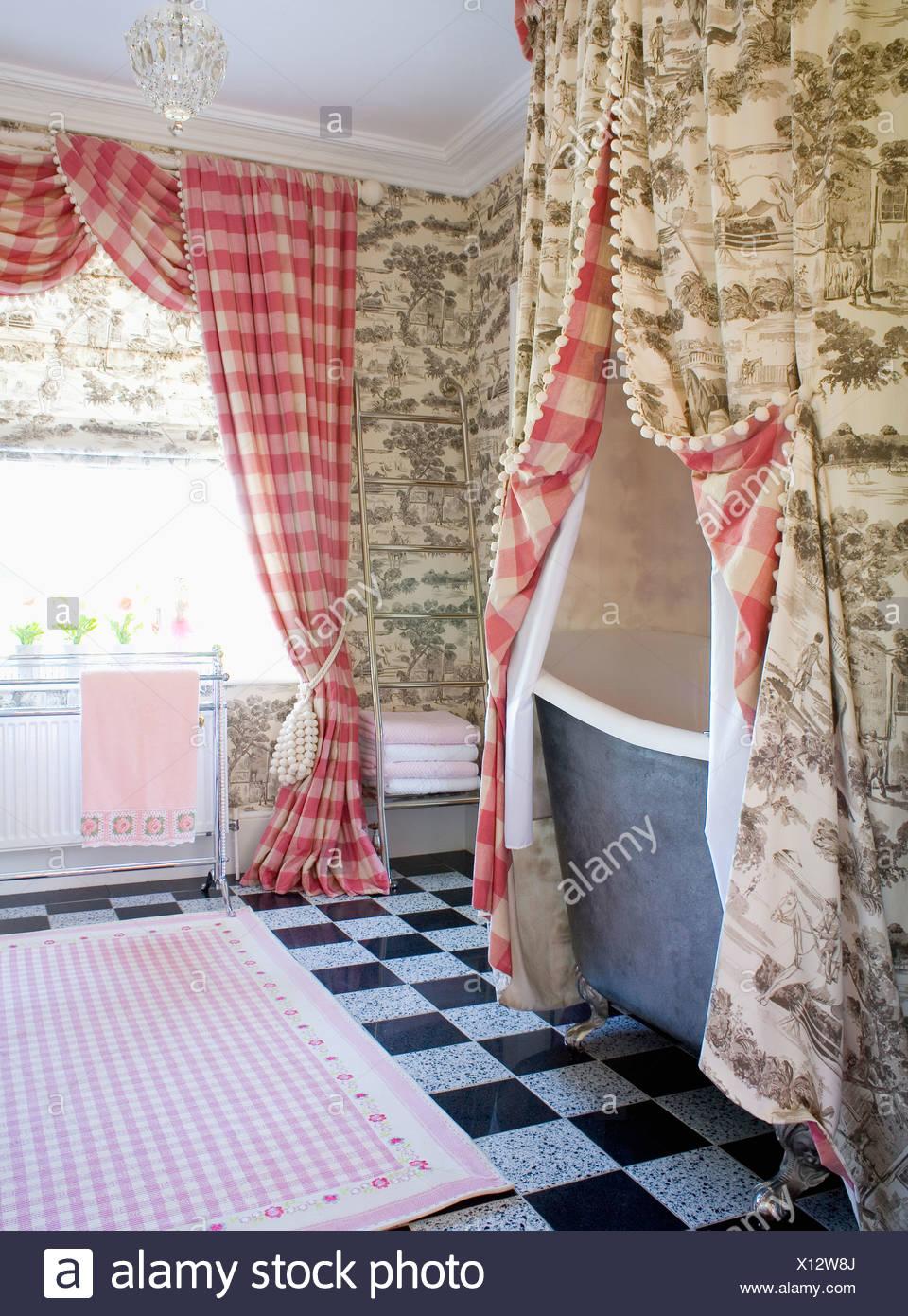 Grauen Toile de Jouy Gardinen über Badewanne im Badezimmer mit roten ...