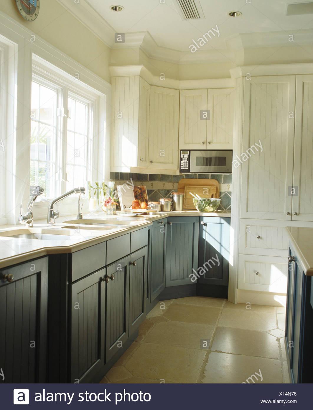 Blau-grau Einbauschränke in weiße Küche mit Stein Fliesen Boden ...