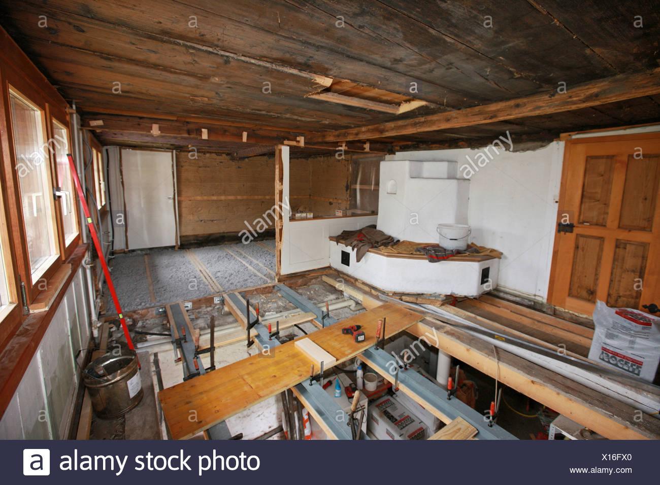 Schweiz Europa Indoor Innen Bodenbelag Holz Arbeiten Arbeit Alte Haus  Wohnung Zimmer Job Renovieren Renovieren
