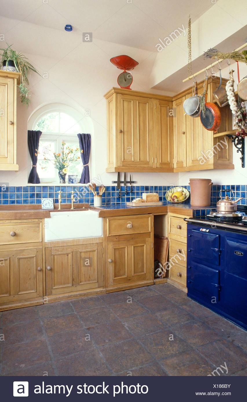 Blaue Aga in Kiefer ausgestattet Küche mit Butler Waschbecken und ...