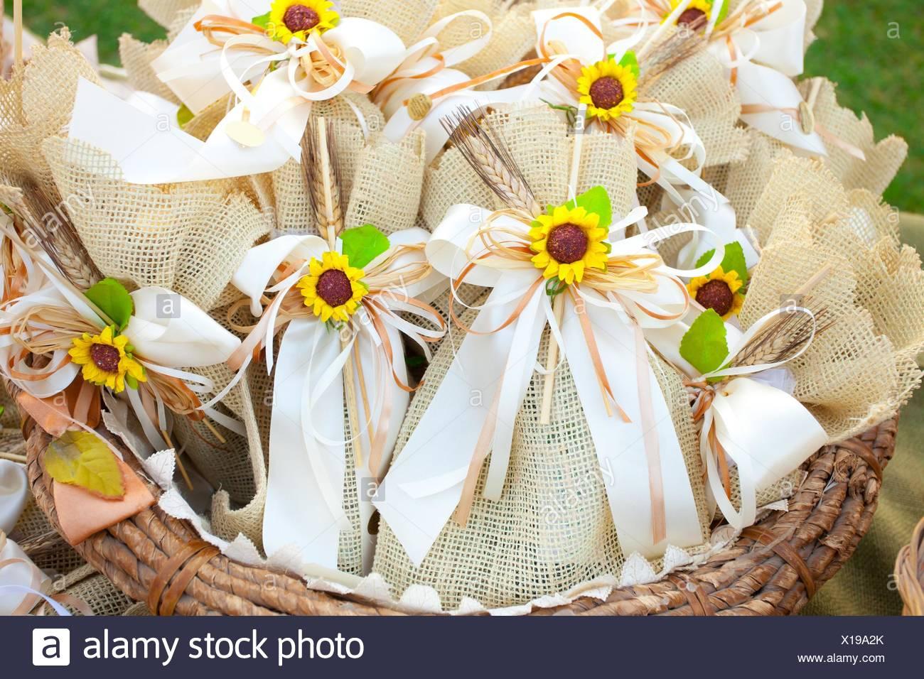 Jute Hochzeitsgeschenke Mit Sonnenblumen Stockfoto Bild 276186027