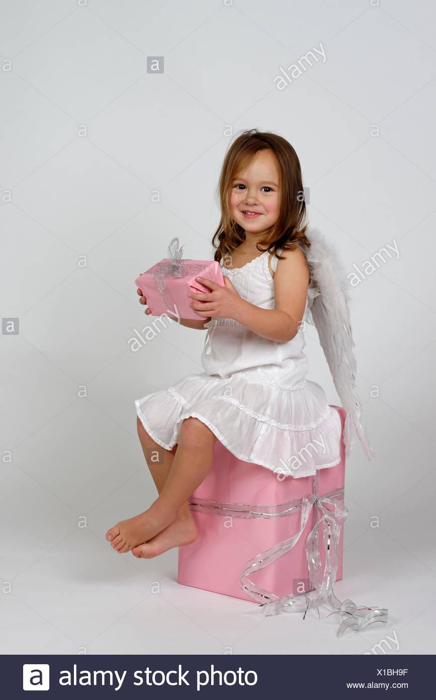 Mädchen als Engel mit Weihnachtsgeschenke Stockfoto, Bild: 276235611 ...