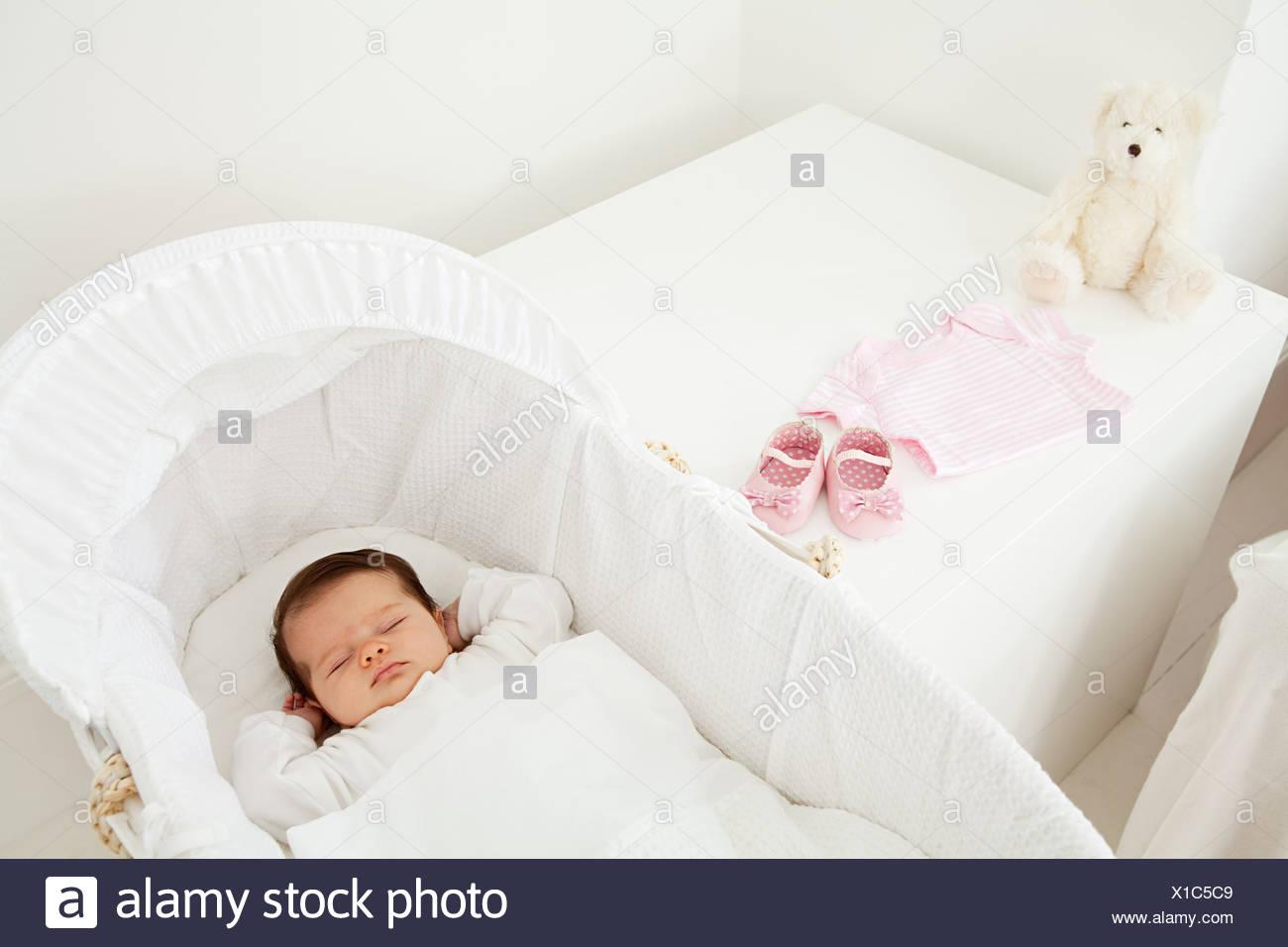 Baby in einer wiege schlafen stockfoto bild: 276248233 alamy