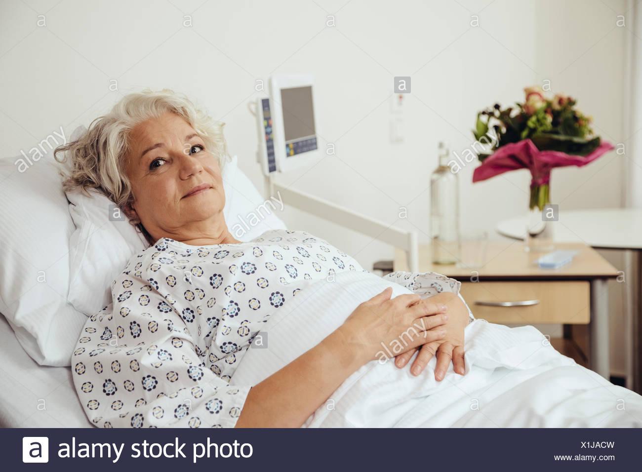 ältere Frau Im Krankenhaus Liegenden Bett Besorgt Auf Der Suche