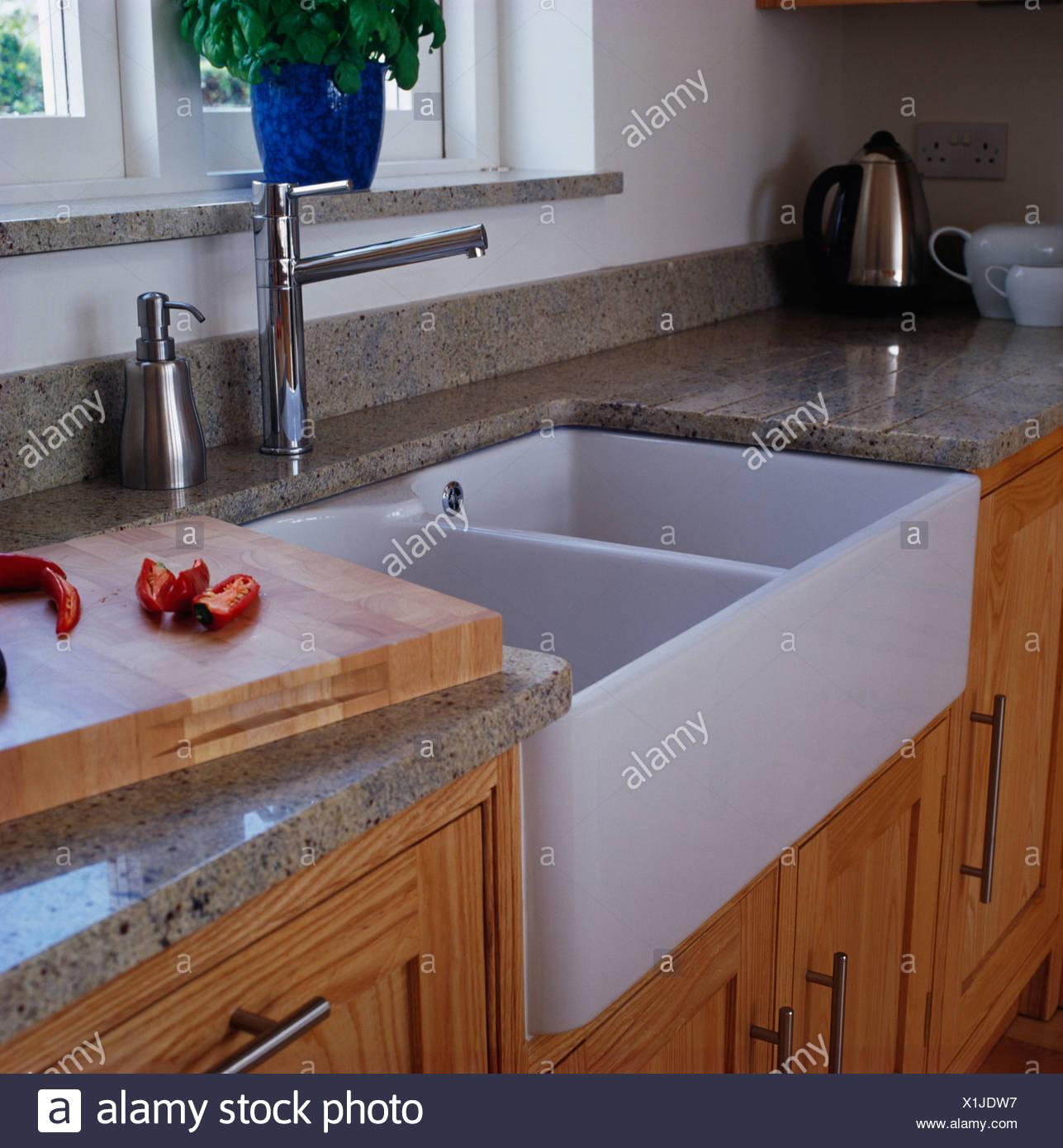 Armaturen küche chrom  Nahaufnahme der Belfast Waschbecken und Chrom Armaturen in der ...
