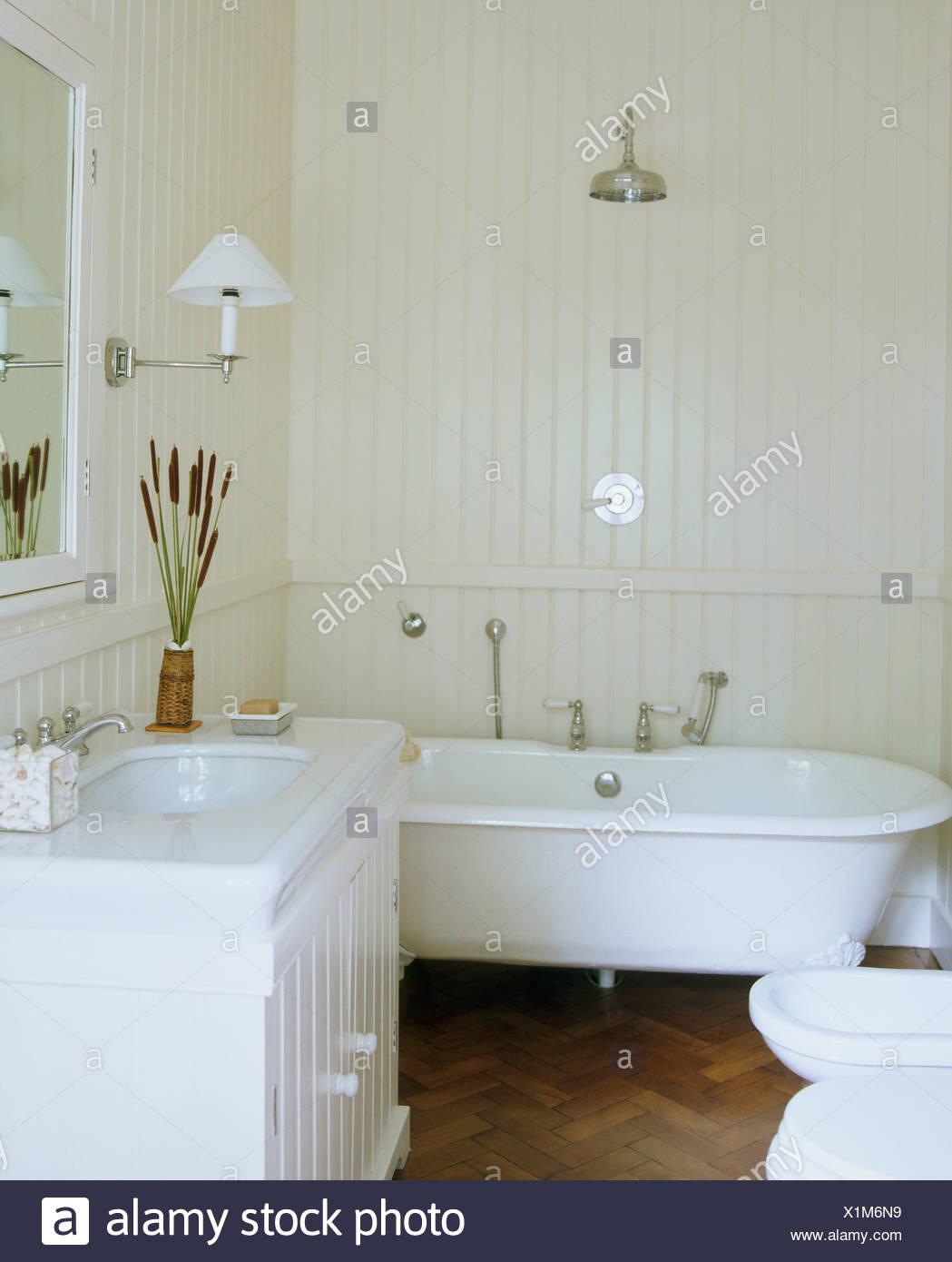 Schon Chrom Dusche über Roll Top Badewanne Im Weißen Badezimmer Mit Weißen  Gemalten Zunge + Groove Verkleidung