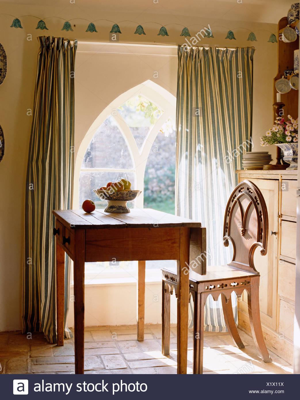 Cottage-Küche mit einfachen Holztisch und gotischen Stil Holz Stuhl ...