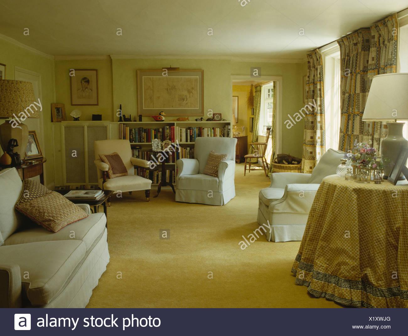 Weißer Sessel Und Gelben Teppich Der Achtziger Jahre Land Wohnzimmer