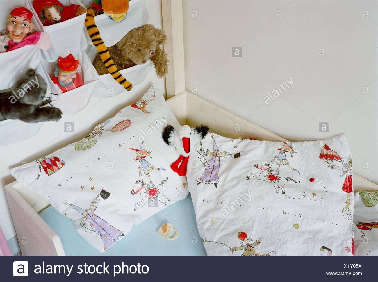 Kinderzimmer, Bett, Dummy, Wand, kleine hängende Eta, weiche Tiere ...