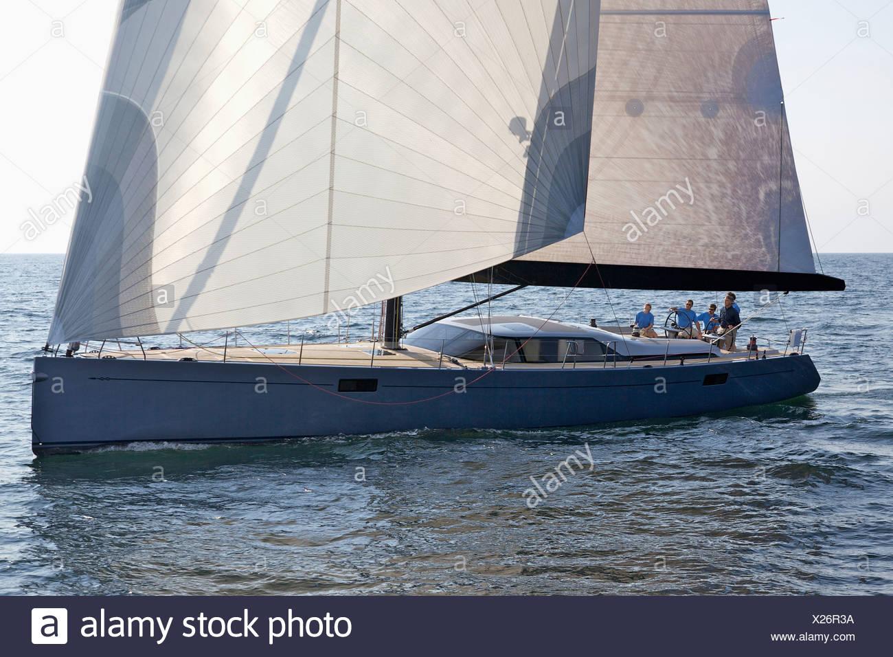Moderne segelyachten  Eine Crew Rennen eine moderne Hochsee-Segelyacht Stockfoto, Bild ...