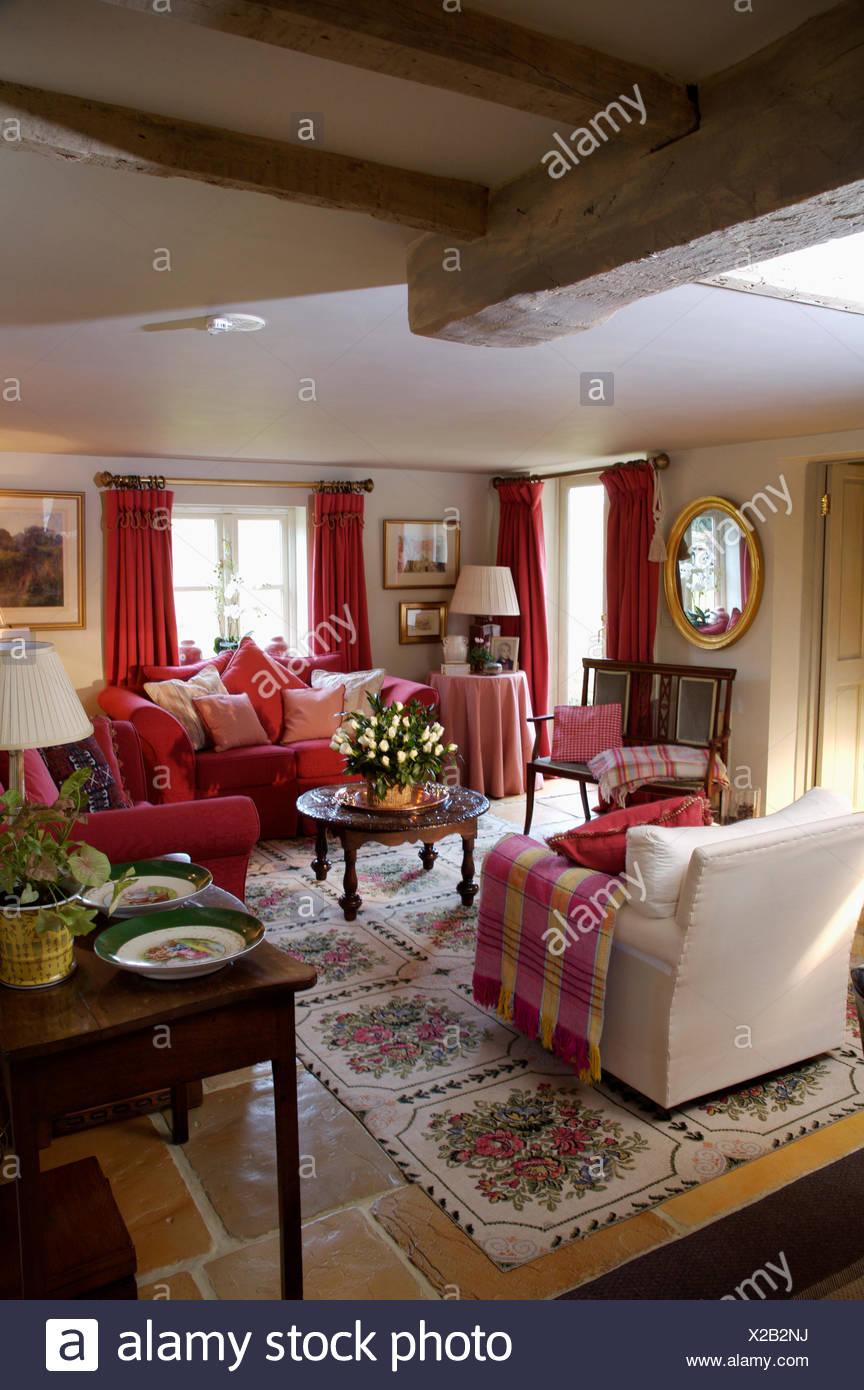 Gemütliche sessel wohnzimmer  Roten aufgegebenes Wurf auf cremefarbenen Sessel im Wohnzimmer für ...