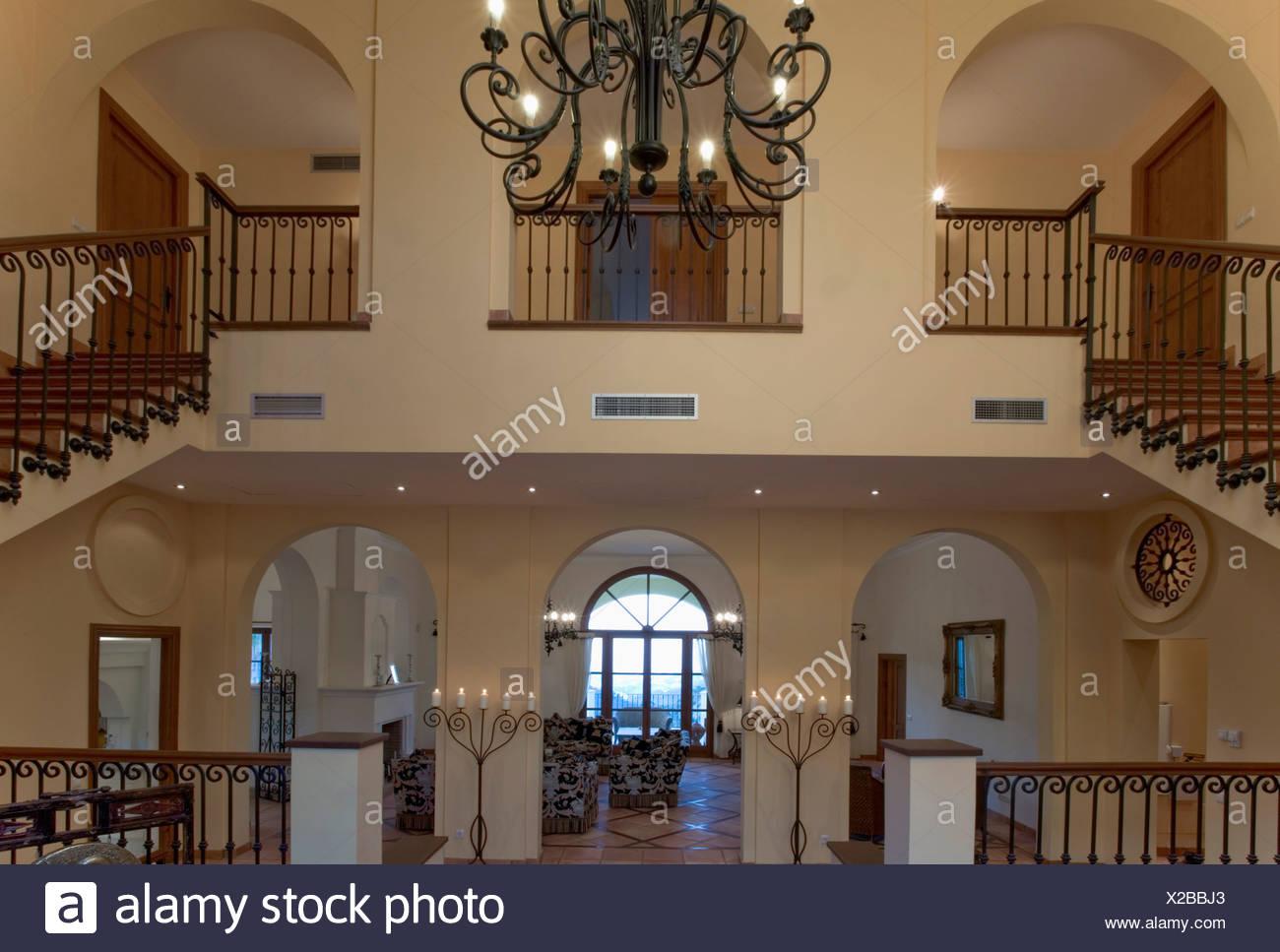 Große Offene Halle Mit Doppelten Treppen Zur Landung In Spanische Villa Mit  Schmiedeeisernen Kronleuchter Galerie