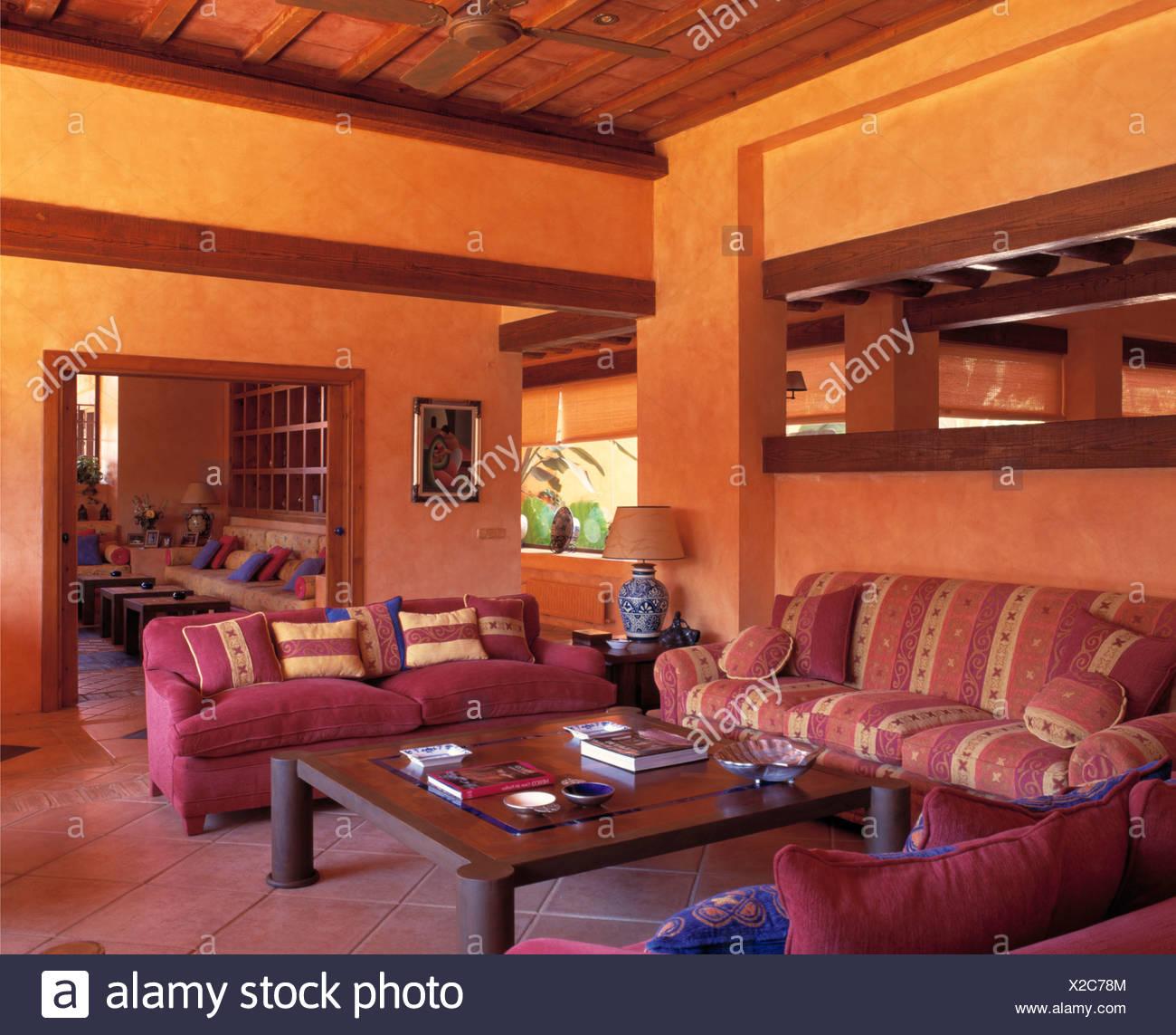 Komfortable rosa Sofas und niedrigen Holztisch in modernen gelb ...