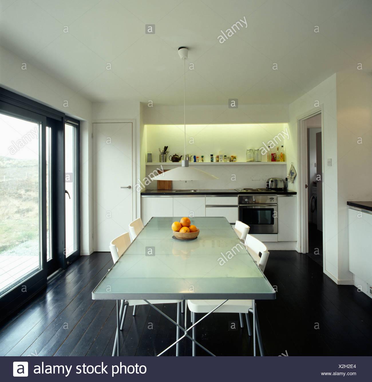 Weisse Stuhle An Undurchsichtigen Glasplatte Tisch In Moderne Kuche
