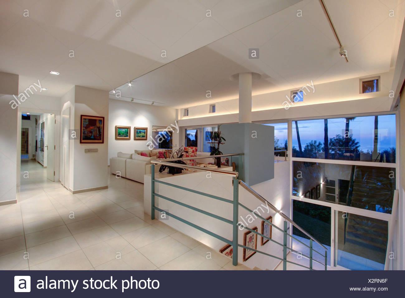 Fußboden Im Wohnbereich ~ Weiße keramik fußboden auf große offene landung mit weißen sofas