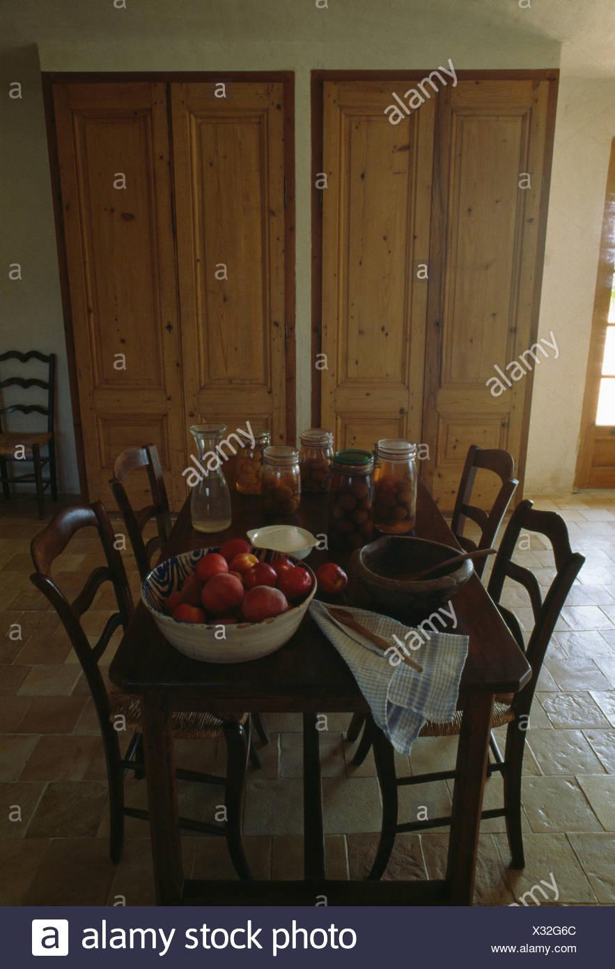 Schale Mit Apfeln Und Glaser Konfituren Auf Tisch Mit Antiken Stuhle