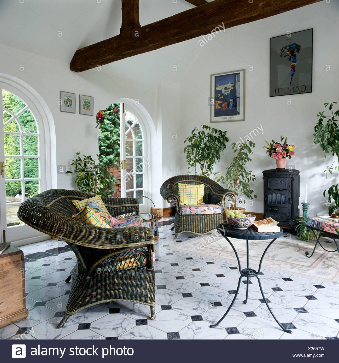 Graue Wicker Sessel und Beistelltisch Metall in weiß Wohnzimmer ...