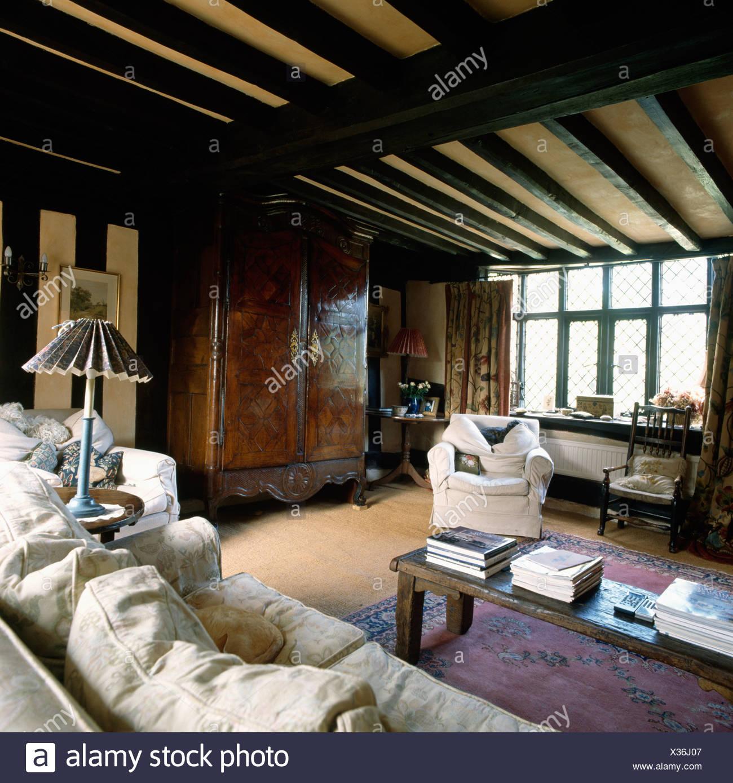 Traditionelle Wohnzimmer Mit Balkendecke Und Antiken Schrank