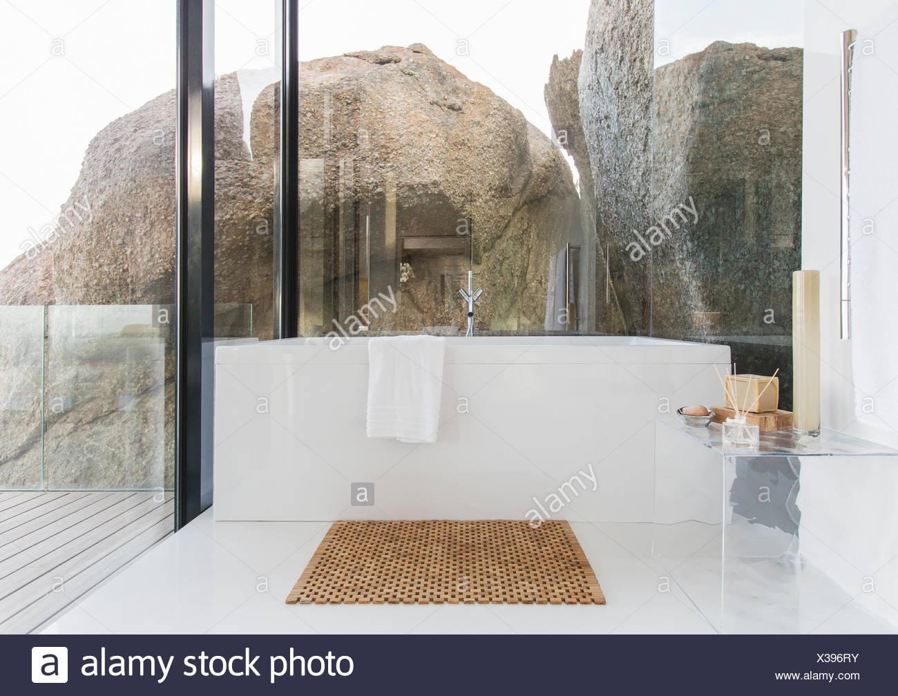 Badewanne und Glas Wände im Badezimmer Stockfoto, Bild: 277412799 ...