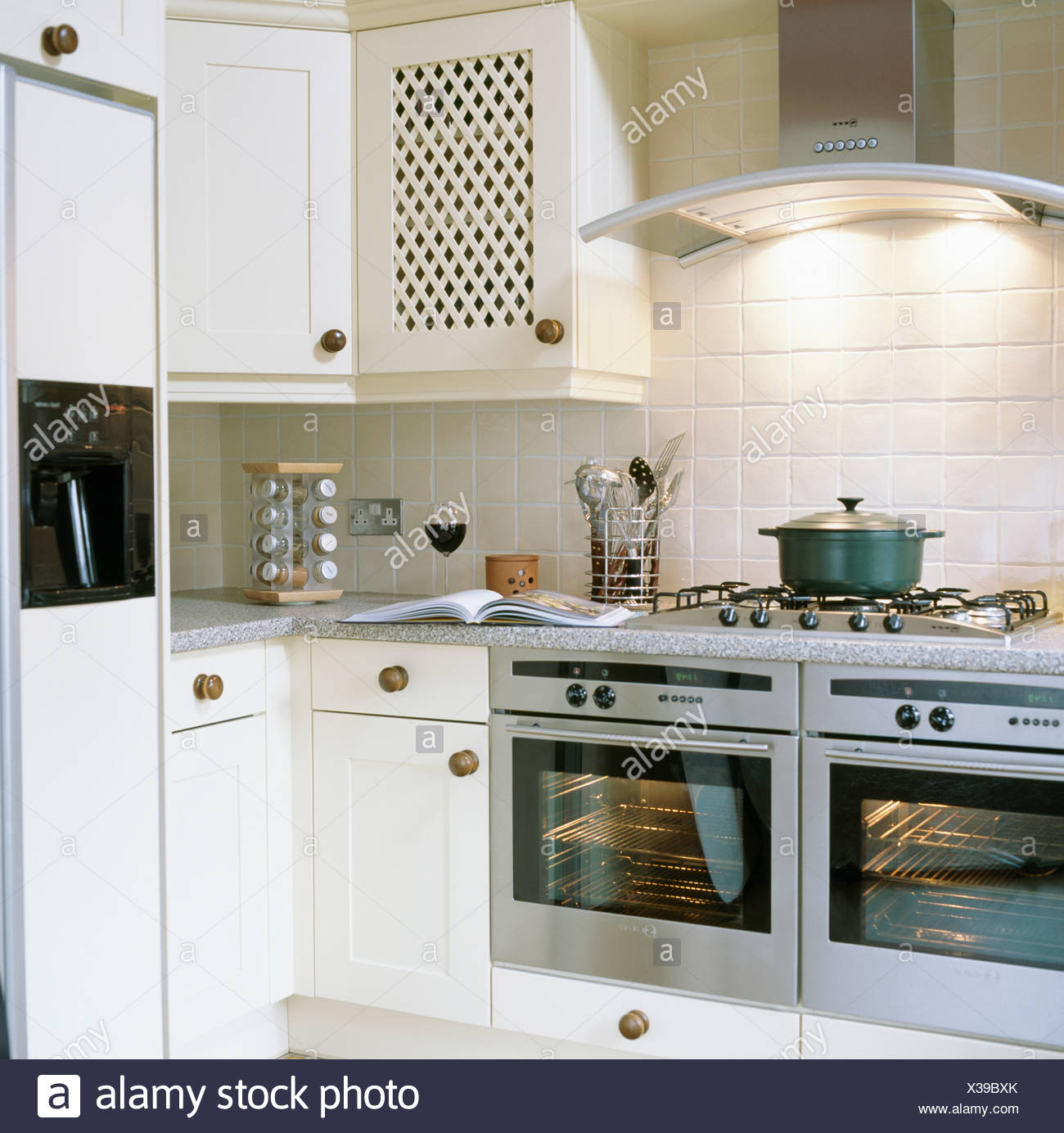 Beleuchtete Chrome Extraktor über Edelstahl Doppel Öfen In Weiße Küche Mit Amerikanischem  Kühlschrank