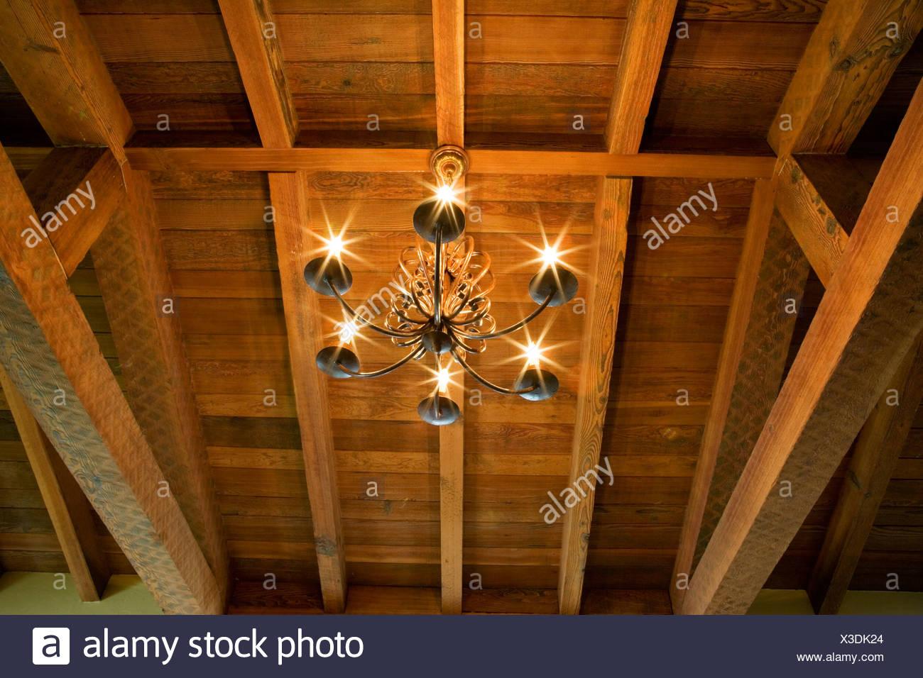 Kronleuchter Holz ~ Detail der kronleuchter und holz holzbalken decke stockfoto bild