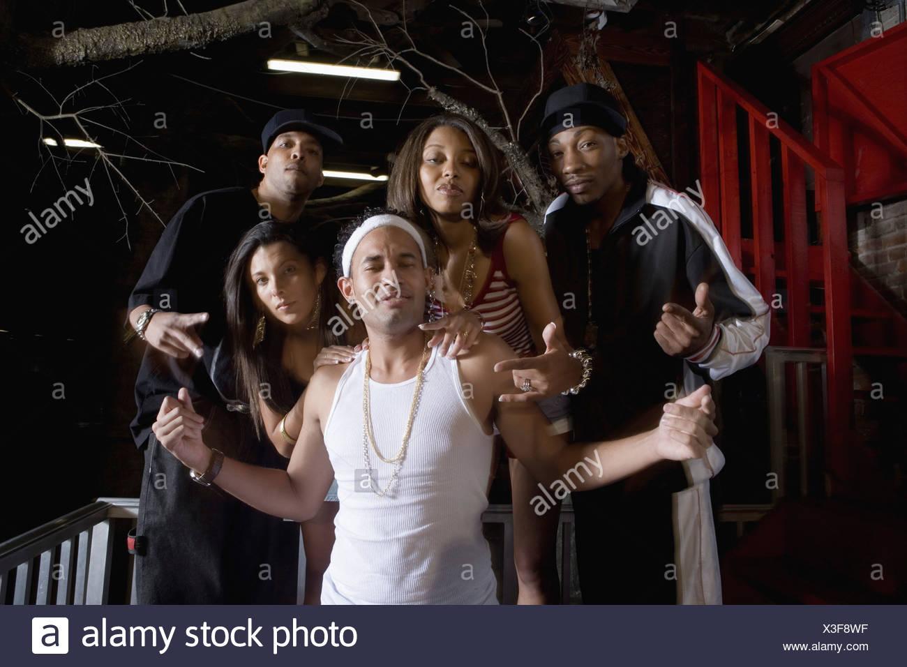 Junge Männer Und Frauen Im Hip Hop Mode Feiern Und Tanzen Stockfoto