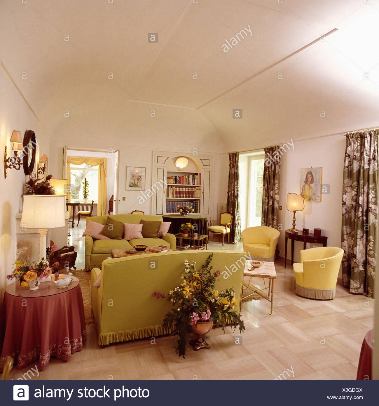 Verzauberkunst Bodenbelag Wohnzimmer Das Beste Von Großen Blumengesteck Hinter Sofa Im Weiße 80er