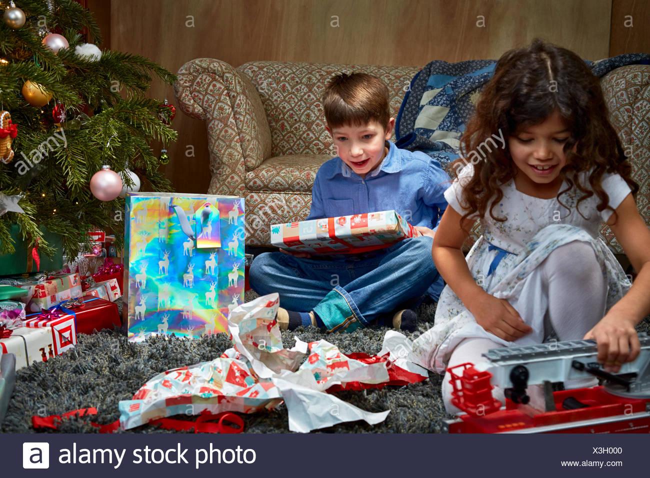 Schwester und Bruder im Wohnzimmer Auspacken und spielen mit ...