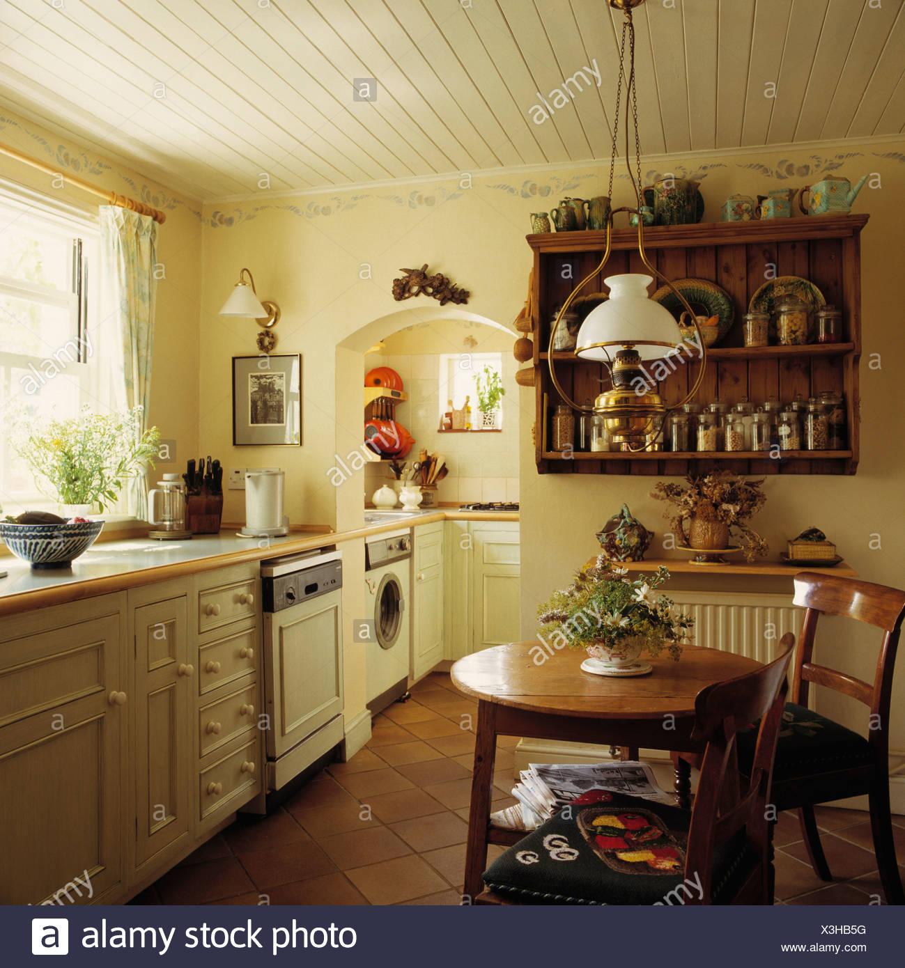 Wunderbar Hängelampe Küche Galerie Von Hängelampe Mit Glasschirm über Dem Kleinen Holztisch