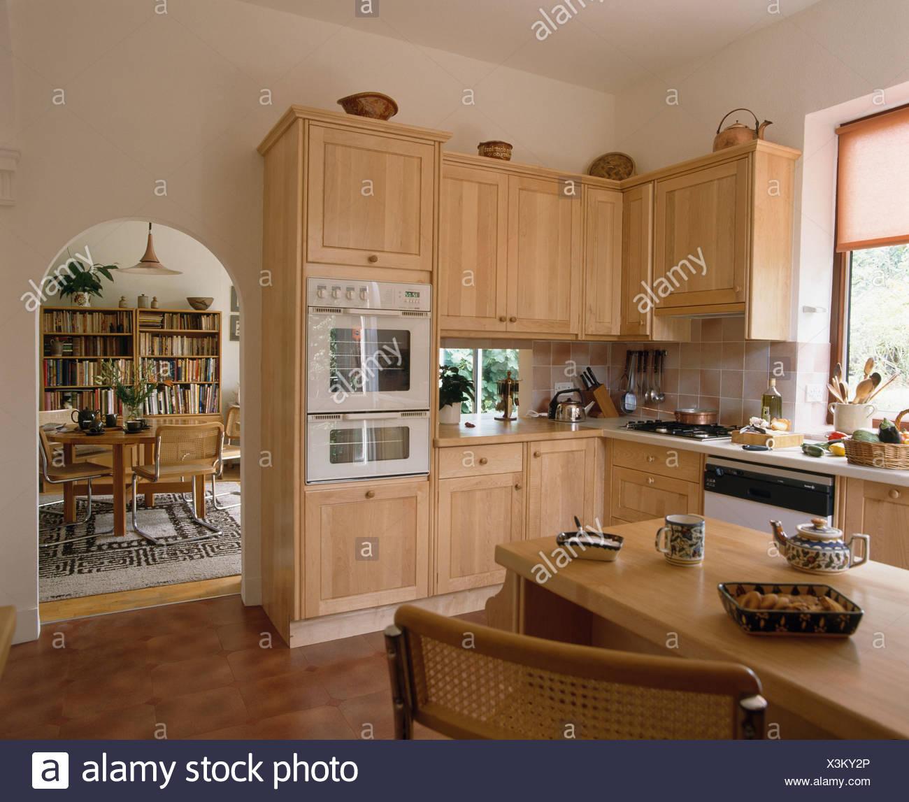 Blasse Holz Einheiten Der Achtziger Jahre Küche Mit Bogen In Wand Zum  Esszimmer