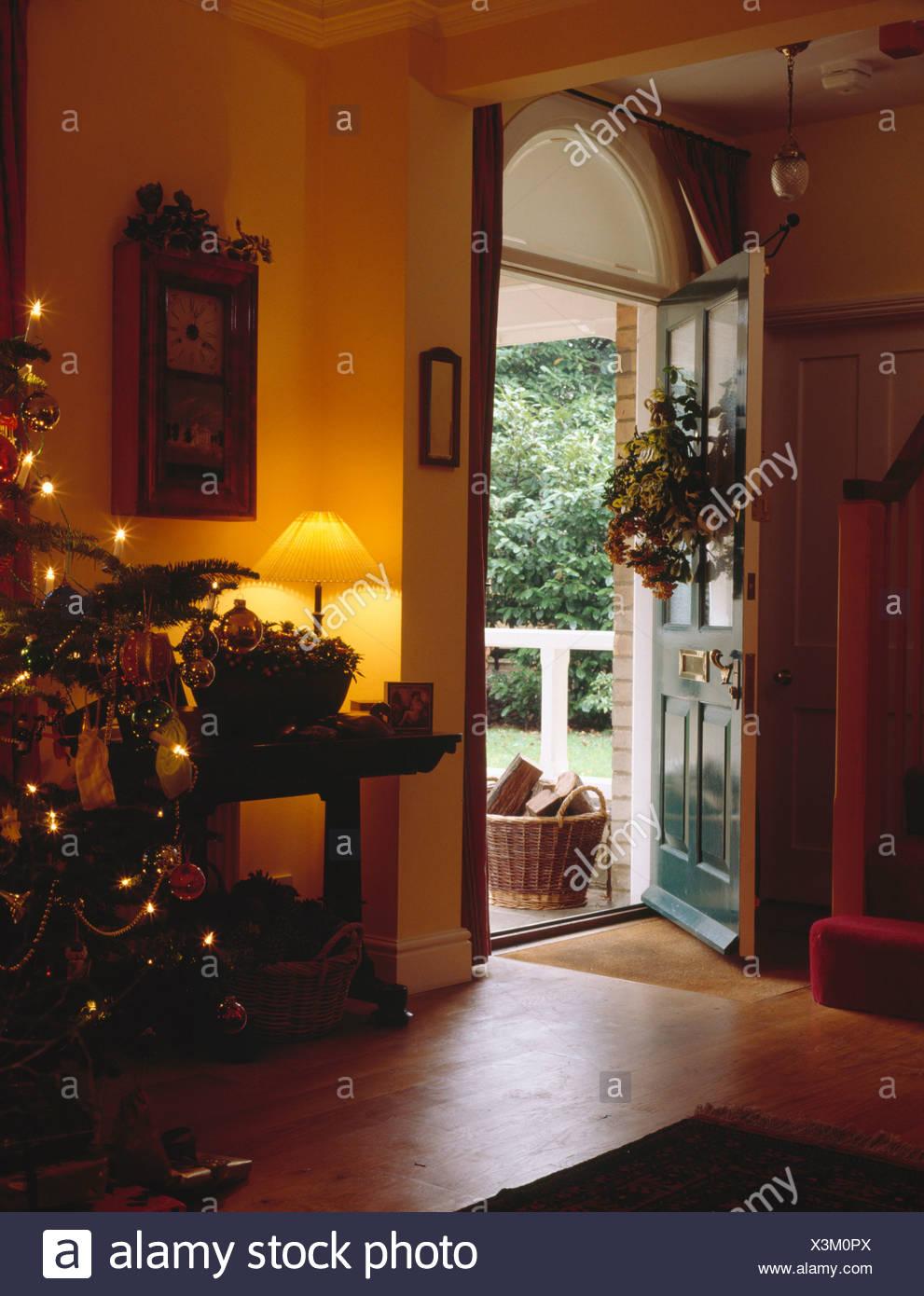 Beleuchtete Lampe am Tisch in Land Halle mit Weihnachtsbaum und ...