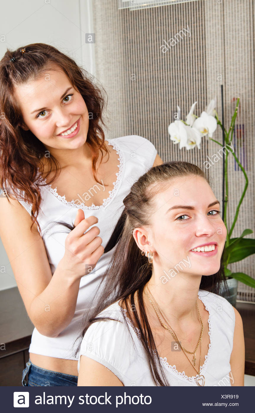 Schöne Junge Frau Macht Die Frisur Seiner Freundin Zu Hause