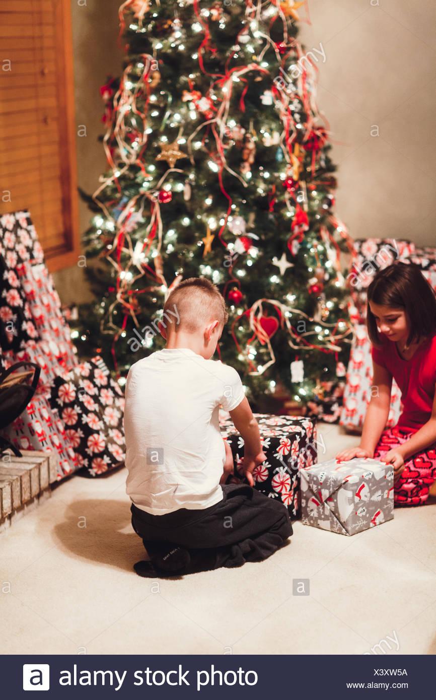 Bruder und Schwester an Weihnachten Geschenke auspacken Stockfoto ...