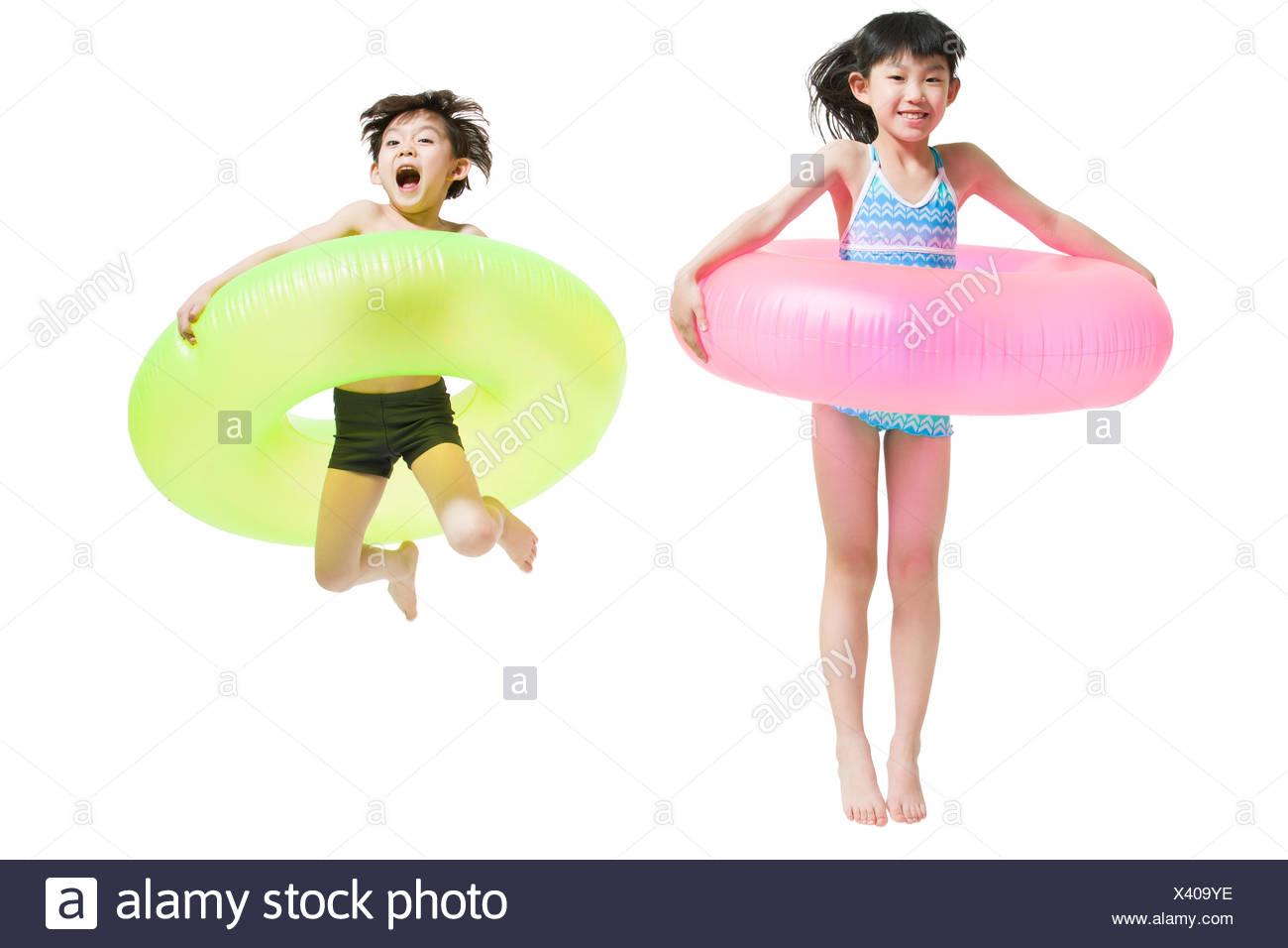 Costumi Da Bagno Per Bambini : Carino bambini in costume da bagno con anelli di nuoto foto