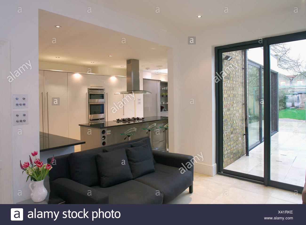 Terrassentüren und schwarzen Sofa in moderne offene Wohnzimmer und ...