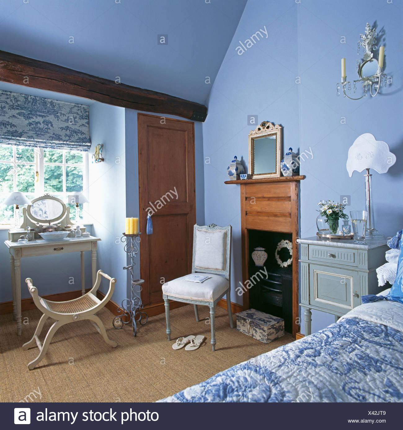 Blau + weiß Toile-de-Jouy Blind auf Fenster über dem kleinen ...