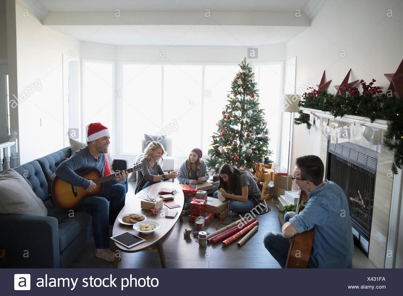 Familie spielen Gitarren und Verpackung Weihnachtsgeschenke in ...