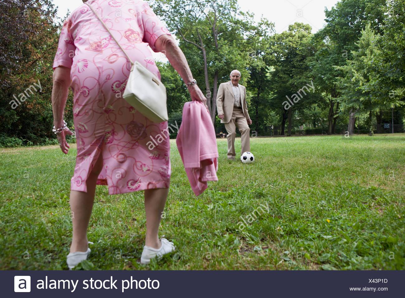 Las Parejas Ancianas Jugar Futbol En El Parque Foto Imagen De