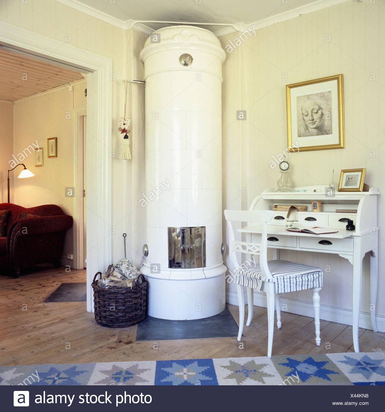 Schwedische Kachelofen Im Wohnzimmer Einer Hütte Mit Einem Traditionellen  Schreibtisch Und Ein Rotes Sofa
