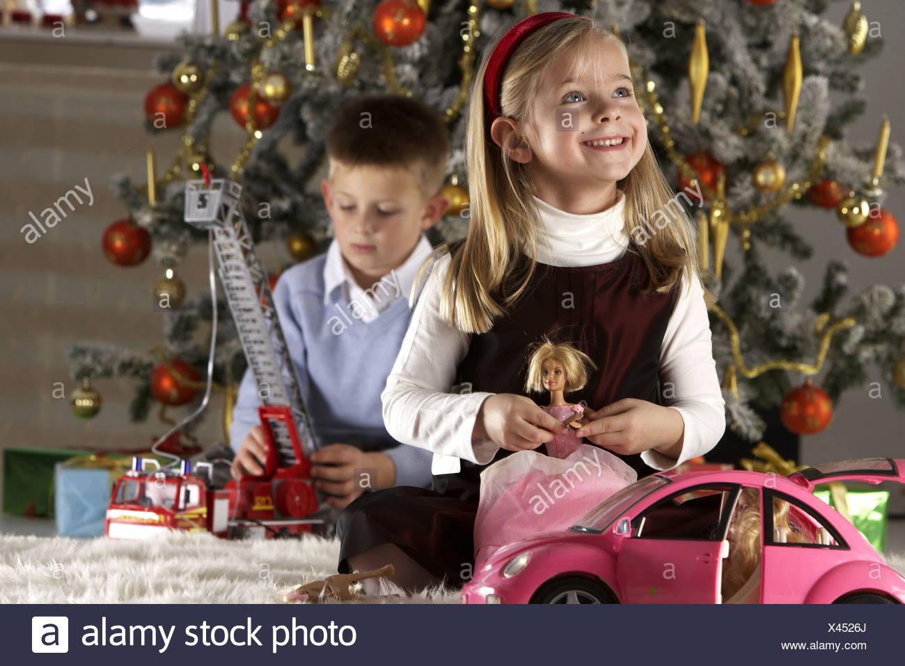 Weihnachten Living Zimmer Kinder sitzen Weihnachtsgift spendende ...