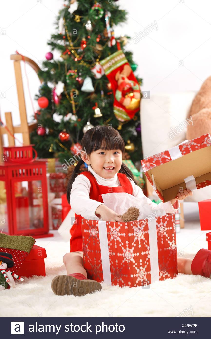 Mädchen mit Weihnachtsgeschenk Stockfoto, Bild: 277975895 - Alamy