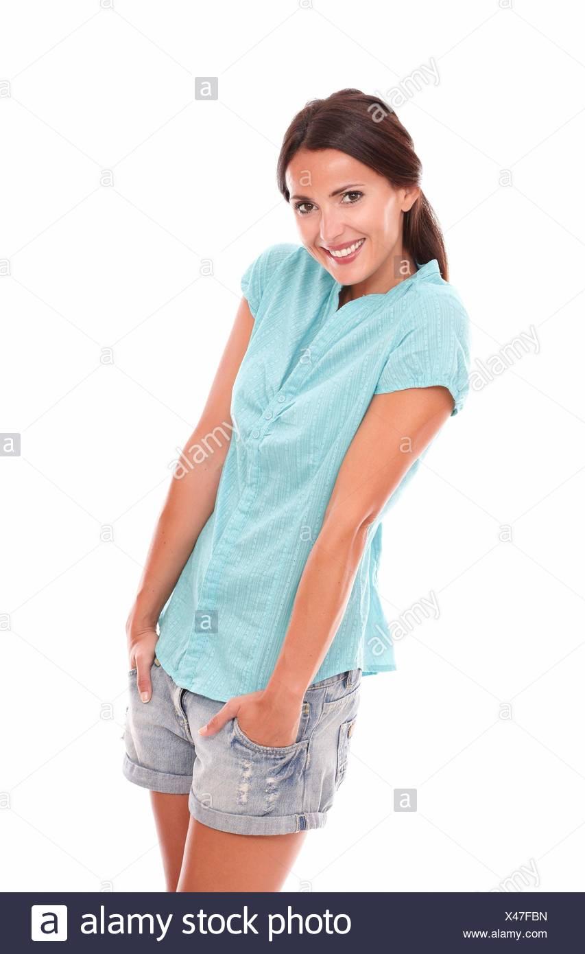 baf2fa4236a0 Funny Girl in kurze Jeans zu Ihnen schauen und lächeln im weißen  Hintergrund.