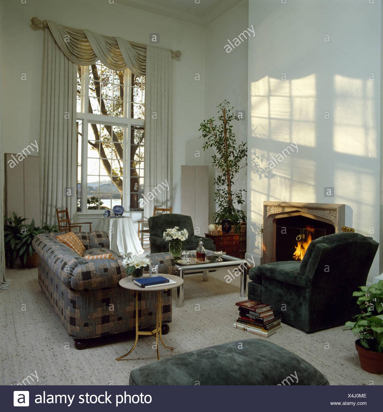 Chesterfield Sofa Und Grun Velours Stuhl Im Wohnzimmer Mit Dem